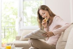 Ontbijt en de kranten royalty-vrije stock afbeeldingen