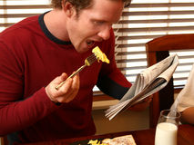 Ontbijt en Krant Royalty-vrije Stock Afbeeldingen