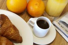 Ontbijt en nieuws Stock Fotografie