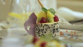 Ontbijt, gebakken pudding met kaas, kiwi, framboos stock videobeelden