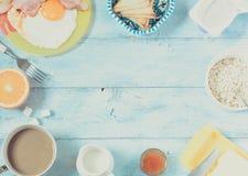 Ontbijt gebraden eieren en koffie als achtergrond Stock Afbeelding