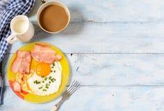 Ontbijt gebraden eieren en koffie als achtergrond Stock Afbeeldingen