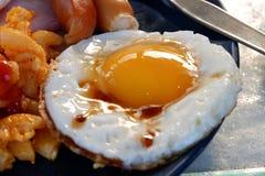 Ontbijt, gebraden eieren en worsten stock foto