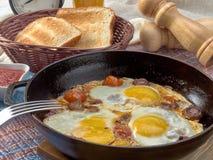 Ontbijt Gebraden eieren met paddestoelen, tomaten en worst royalty-vrije stock foto's