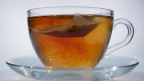 Ontbijt, gebrouwen thee Theezakje in de Kop met warm water stock video