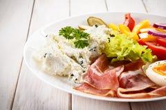 Ontbijt - gekookte ei, bacon, kwark en groenten Stock Afbeelding