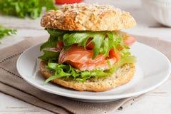Ontbijt - hamburger met gerookte zalm, groenten Stock Afbeelding