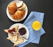 Ontbijt hoogste mening Zwarte achtergrond stock foto