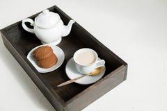 Ontbijt, houten dienblad van thee en havermeelkoekjes stock foto's