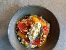 Ontbijt: Kefir muesli met grapefruit, oranje segmenten, pistaches, bijenstuifmeel Royalty-vrije Stock Afbeelding