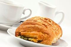 Ontbijt: koffie en broodje met kaas en spinazie Royalty-vrije Stock Afbeelding