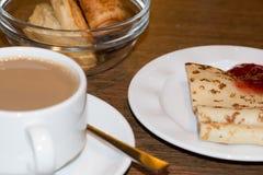 Ontbijt, koffie, pannekoek met jam stock afbeeldingen