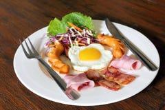 Ontbijt met bacon, gebraden ei, worsten op grunge Stock Afbeelding