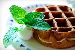 Ontbijt met Belgische wafels Royalty-vrije Stock Afbeeldingen