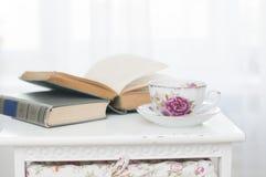 Ontbijt met boeken en thee stock fotografie
