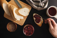 Ontbijt met brood en frambozenjam Stock Afbeeldingen