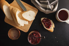 Ontbijt met brood en frambozenjam Stock Afbeelding