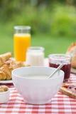 Ontbijt met chocolade, jus d'orange, croissant, marmelade en Stock Foto