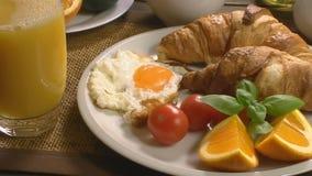 Ontbijt met croissant en sap stock footage