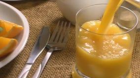 Ontbijt met croissant en sap stock videobeelden
