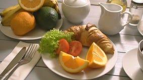 Ontbijt met croissant en thee stock videobeelden
