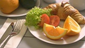 Ontbijt met croissant en thee stock footage