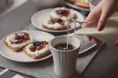 Ontbijt met donker brood met witte kaas en jam Royalty-vrije Stock Foto's