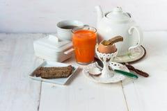 Ontbijt met ei en sap wordt geplaatst dat Stock Foto