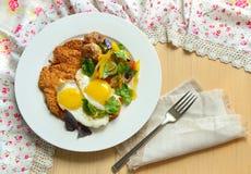 Ontbijt met eieren, aardappelsschnitzel en groenten Stock Fotografie