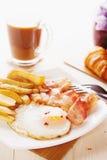 Ontbijt met eieren, bacon, Frieten en koffie Stock Foto's