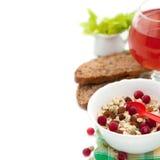 Ontbijt met eigengemaakte granola en bessen, pompoenzaden, Amerikaanse veenbessap, brood Royalty-vrije Stock Fotografie