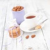 Ontbijt met eigengemaakte koekjes, appel en amandel met kop van te Royalty-vrije Stock Afbeeldingen