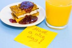 Ontbijt met gebakje en fruit stock afbeelding