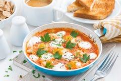 Ontbijt met gebraden kwartelseieren in een pan Stock Afbeeldingen