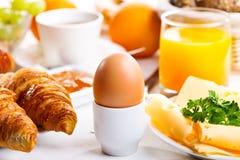 Ontbijt met gekookt ei Royalty-vrije Stock Foto