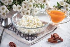 Ontbijt met gestremde melk en abrikozenjam royalty-vrije stock fotografie