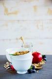Ontbijt met granola wordt geplaatst die stock foto's