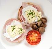 Ontbijt met hamsandwich, tomaat en paddestoelen die op een wh wordt gediend Royalty-vrije Stock Fotografie