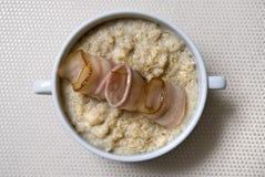 Ontbijt met haver en bacon Stock Afbeeldingen