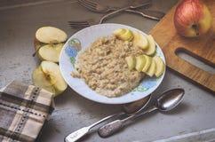 Ontbijt met havermeelhavermoutpap en appelen Stock Afbeelding