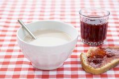 Ontbijt met heet chocolade, marmelade en brood Royalty-vrije Stock Foto's