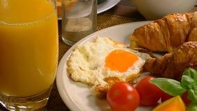 Ontbijt met het sap van het croissanteind stock videobeelden