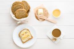 Ontbijt met inbegrip van brood, honing, boter en koffie Stock Afbeeldingen
