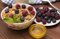 Ontbijt met jus d'orange, croissants, graangewassen en vruchten wordt gediend die Uitgebalanceerd dieet stock foto's