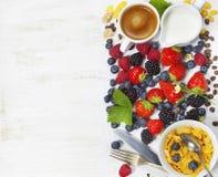 Ontbijt met koffie, cornflakes, melk en bes royalty-vrije stock fotografie