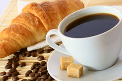 Ontbijt met koffie en croissant Stock Fotografie