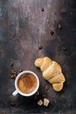 Ontbijt met koffie en croissanten royalty-vrije stock afbeelding