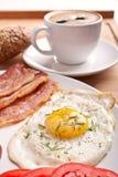 Ontbijt met koffie en gebraden ei Stock Foto's
