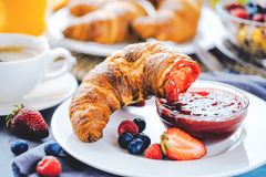 Ontbijt met koffie, jus d'orange, croissants, graangewassen en vruchten wordt gediend die Uitgebalanceerd dieet stock fotografie