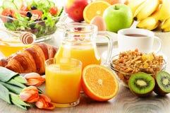 Ontbijt met koffie, sap, croissant, salade, muesli en ei Stock Afbeeldingen